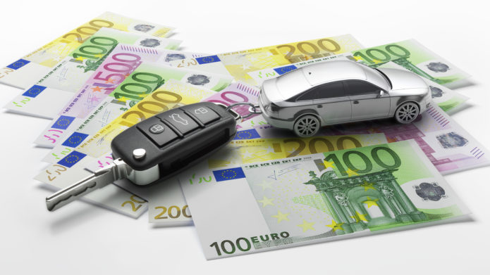 Autoschlüssel mit Anhänger auf Euroscheinen 3